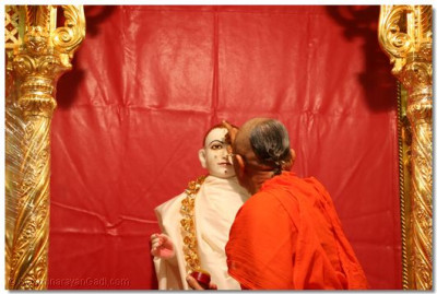 Acharya Swamishree starts the ceremony by offering chandlo to Shree Ghanshyam Maharaj