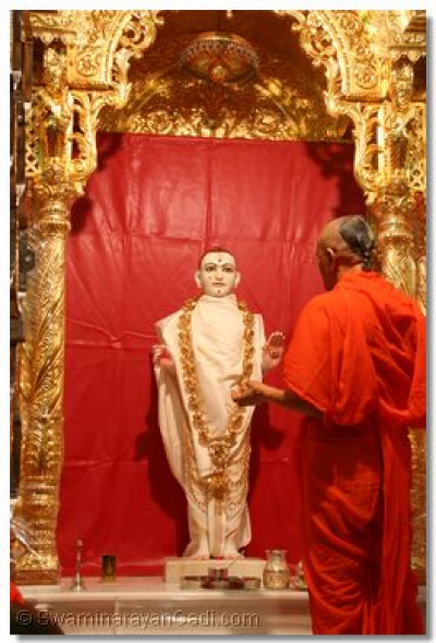 Acharya Swamishree prays to Lord Swaminarayan before the start of the patotsav ceremony