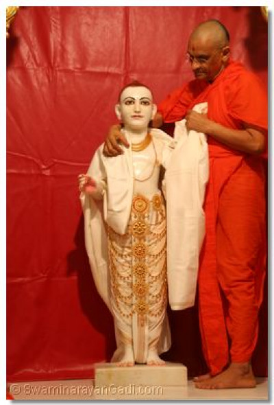 His Divine Holiness Acharya Swamishree fulfills the wishes of the diciple by giving divine Darshan of Ghanshyam Maharaj
