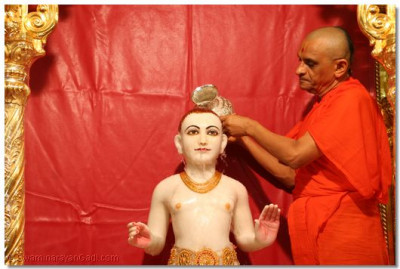 Acharya Swamishree commences the snan ceremony