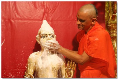 Acharya Swamishree offers sugar to Shree Harikrishna Maharaj