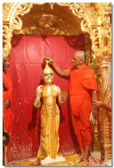 Acharya Swamishree performs panchamrut snan to Shree Harikrishna Maharaj