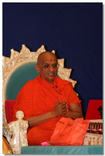 Acharya Swamishree prays to the Lord on behalf of us all during His divine blessings