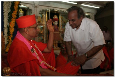 Bollywood's music maestro, Shree Anandjibhai comes for Acharya Swamishree's blessings
