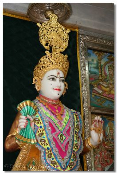 Shree Ghanshyam Maharaj gives darshan during the morning of 28 May 2009