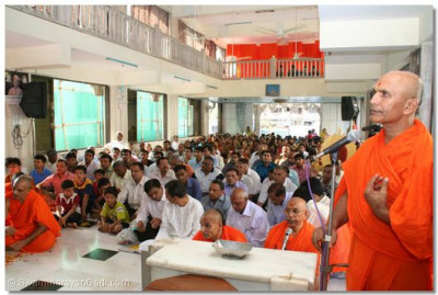 Shashtri Shree Divyaswaroop Swami leads the narration of sacred verses as the Patotsav ceremony proceeds