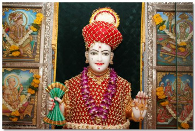 During the evening, Shree Ghanshyam Maharaj gives darshan adorned in flower garments