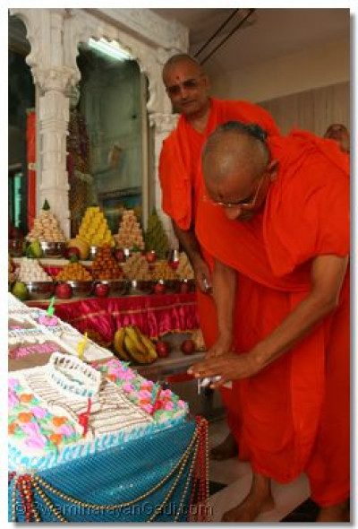 Ecactly 20 years have passed since Acharya Swamishree opened the Mandir in Mahalaxmi, Mumbai; to celebrate, a special cake formed like the Mandir structure was presented before the Lord