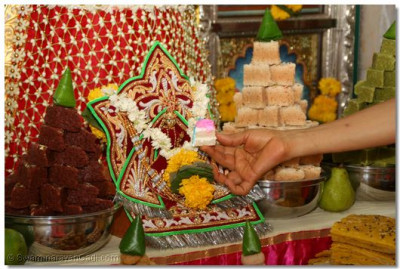 Cake is offered to Shree Harikrishna Maharaj