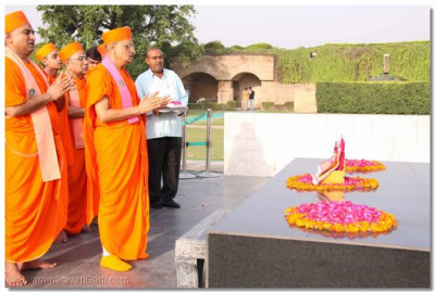 Acharya Swamishree and sants perform dhoon