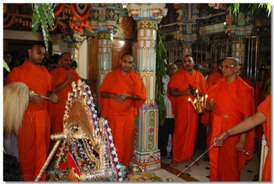 Acharya Swamishree performs Aarti at the precise time of the Lord's manifestation, just after 10 pm on Chaitra Sud 9