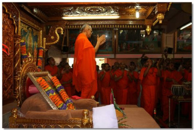Saturday 04 April 2009, just before midday. Acharya Swamishree encourages the sants and disciples, as they recite the sacred, Swaminarayan Mahamantra