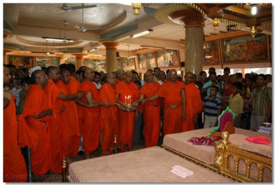 Acharya Swamishree and sants perform Aarti at the end of the celebrations