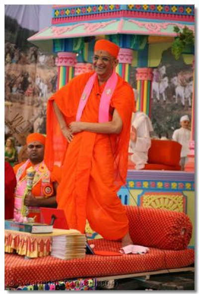 Acharya Swamishree delights everyone by dancing to the religious song 'Mohi Taare Latake'