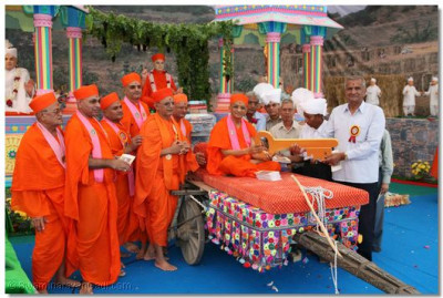 Senior Sadguru Sants and Trustees present a symbolic golden key to the new Mandir to Acharya Swamishree