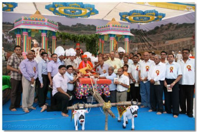 Acharya Swamishree presents the Mandir key to the villagers of Vrushpur