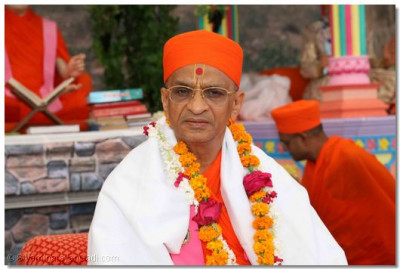 Having placed the offerings at the Lord's lotus feet, they performed adoration to the scripture and Acharya Swamishree