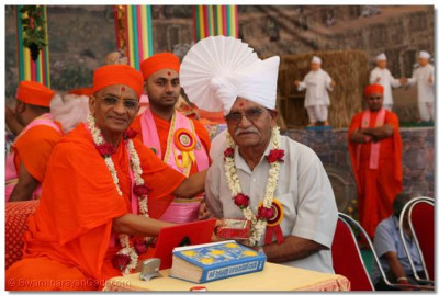 Acharya Swamishree blesses the father of Brigadier Rakeshkumar Bharadwaj