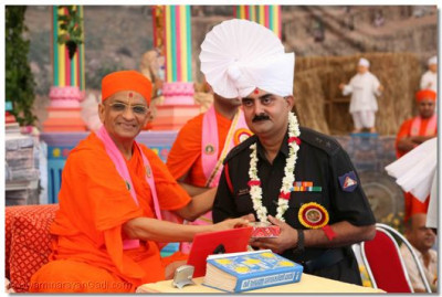 Acharya Swamishree blesses Colonel Vishnuchand