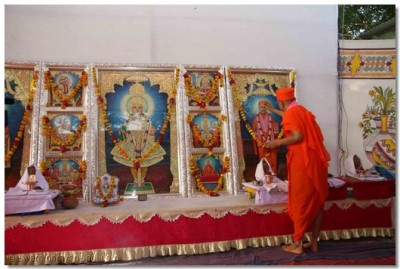 As part of the Murti Pratishtha ceremony, Acharya Swamishree performs adoration to the new Murtis that will be installed in the Mandir