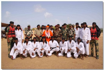 Acharya Swamishree gives darshan to the soldiers