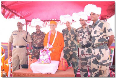 Acharya Swamishree gives darshan to the army personnel