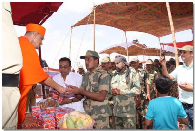 Acharya Swamishree gives prasad to the soldiers