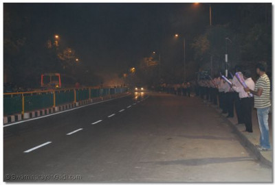 Disciples line the street to welcome Acharya Swamishree