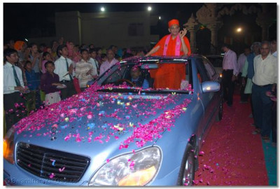 Acharya Swamishree gives darshan to the eagerly awaiting disciples