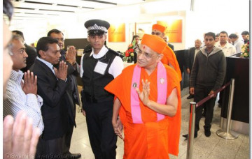 Acharya Swamishree is Ceremonially Welcomed Back in India