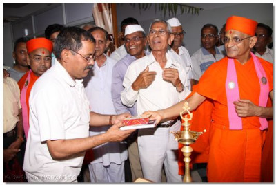 Acharya Swamishree gives prasad to the doctors of the hospital