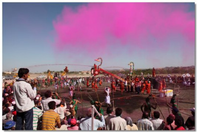Acharya Swamishree commences the spraying of coloured water