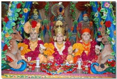 Hindola darshan at Shree Swaminarayan Temple Bavla - Flowers Hindola