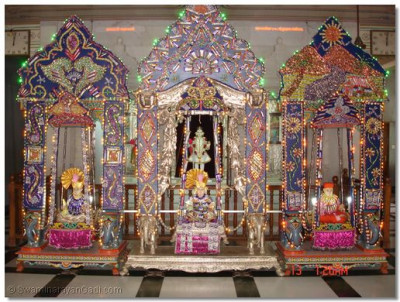 Hindola darshan in Shree Swaminarayan Temple Kadi - Confectionary Hindola