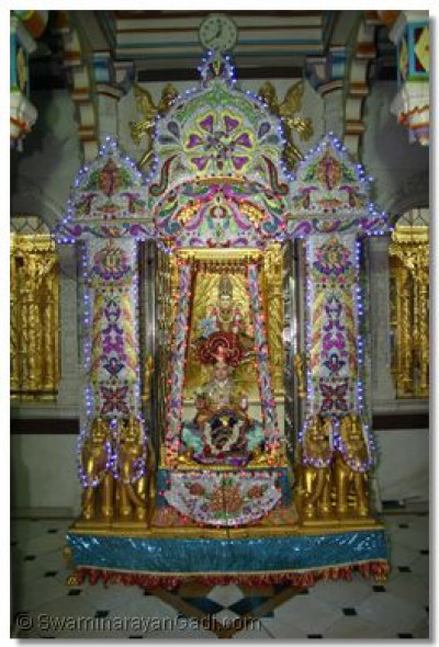Hindola darshan in Maninagar - Decorative Tinsel Hindola