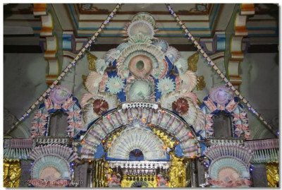 Hindola darshan in Maninagar - Money and Confectionary Hindola