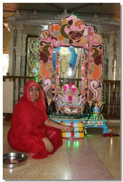 Hindola darshan in Maninagar Ladies Temple - Kathor Hindola