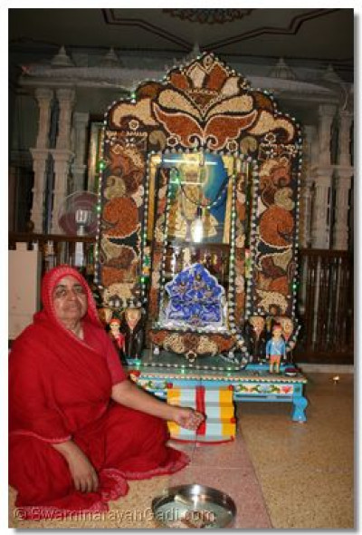 Hindola darshan in Maninagar Ladies Temple - Dried Fruit Hindola
