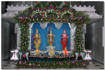 Hindola darshan at Shree Swaminarayan Temple Mumbai - Flowers Hindola