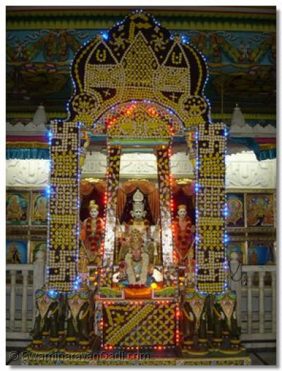 Hindola darshan at Shree Swaminarayan Temple Varodara - Sweets Hindola