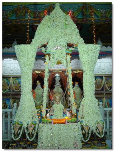 Hindola darshan at Shree Swaminarayan Temple Varodara - Flowers Hindola