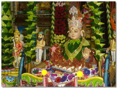Hindola darshan at Shree Swaminarayan Temple Varodara - Pan Leaves Hindola