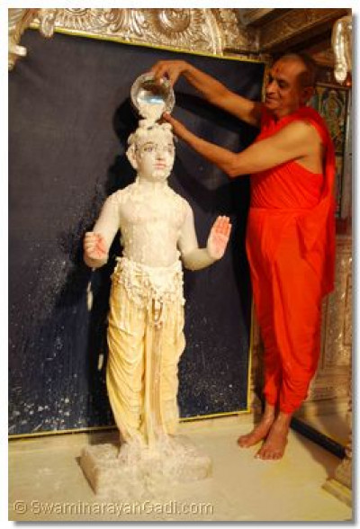 Acharya Swamishree bathes Lord Swaminarayan with yogurt
