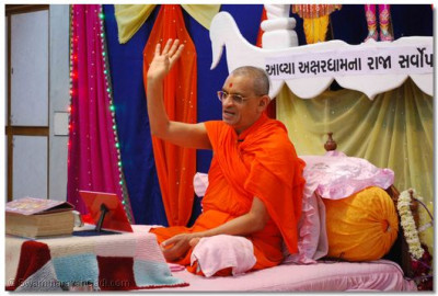 Acharya Swamishree gives His divine blessings