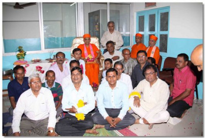 Acharya Swamishree gives darshan to all