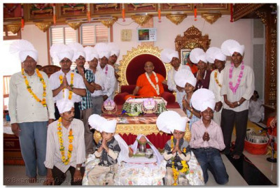 Acharya Swamishree gievs darshan to the disciples on whose behalf the parayan took place