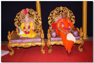 Acharya Swamishree presides over the Pooja Workshop