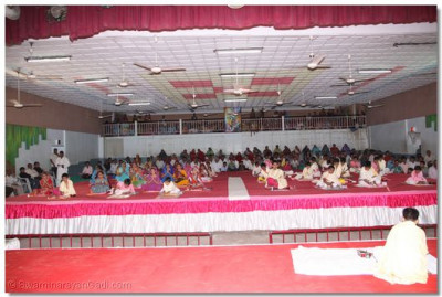 Disciples gathers in the Shree Muktajeevan Auditorium for the pooja workshop