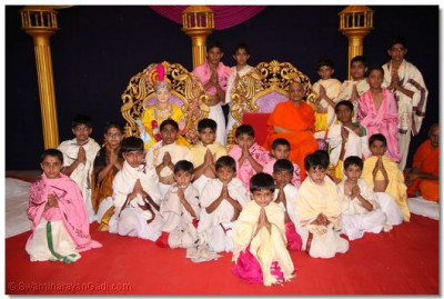 Acharya Swamishree gives darshan to the disciples who took part in the pooja workshop