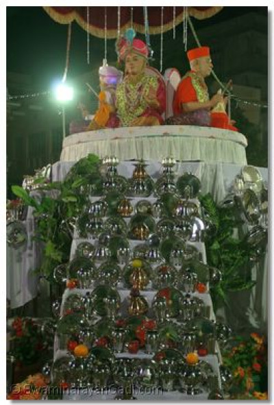 Divine darshan of lord Swaminarayan on top of the stage